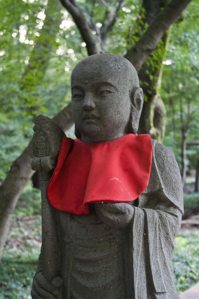 Buddha mit rotem Lätzchen