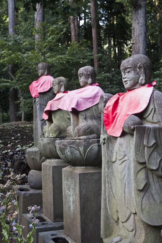 Buddhas mit rotem Lätzchen