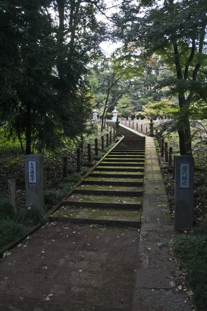 Treppe zu einem der vielen Privatfriedhöfen der Familie Matsudaira