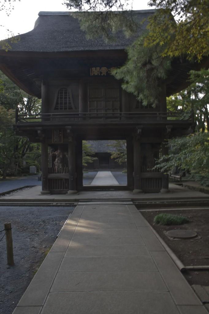 Haupteingangstor. Im linken Pfeiler ist ein Nio also die Statue eines Wachmanns zu erkennen