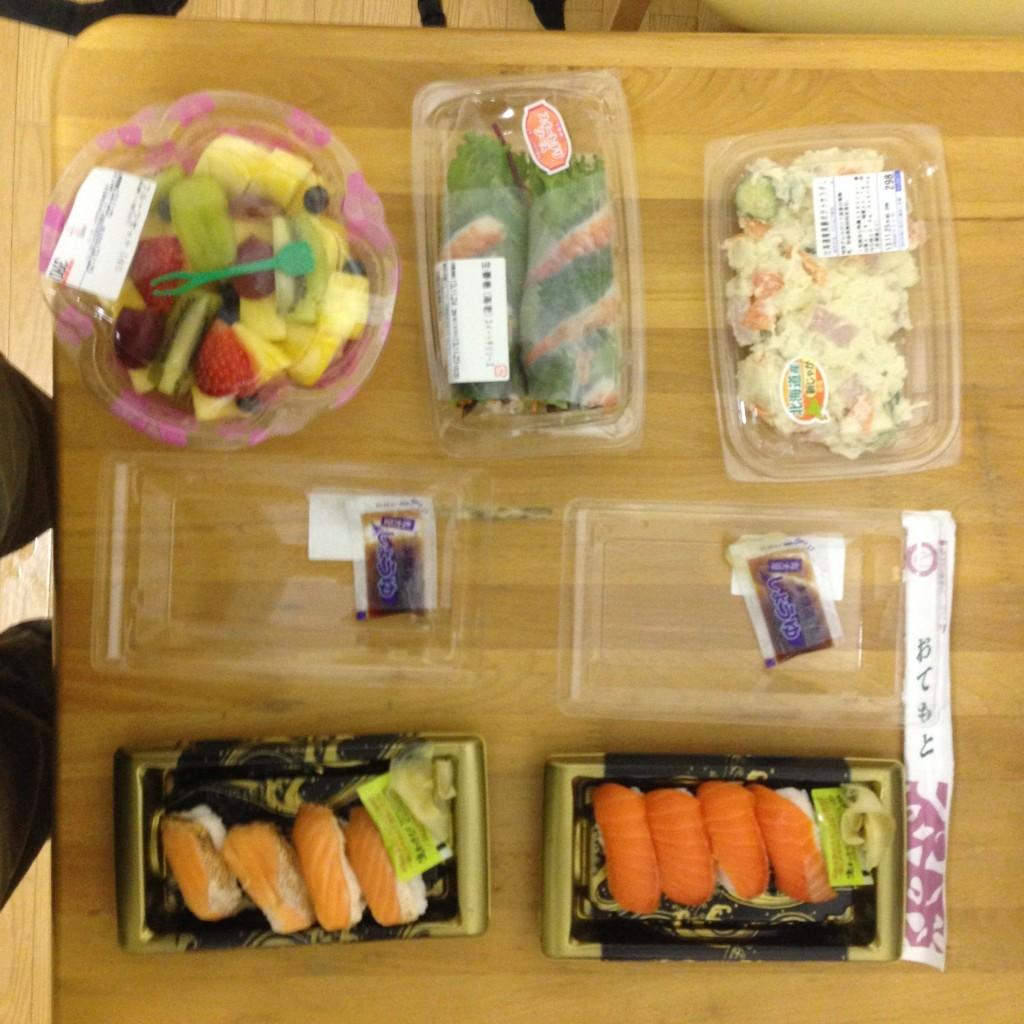 Bento vom Supermarkt: Lachs- und Thunfisch-Sushi, Glücksrolle mit Hähnchen und Garnelen, Kartoffelsalat und zur Nachspeise: Früchte