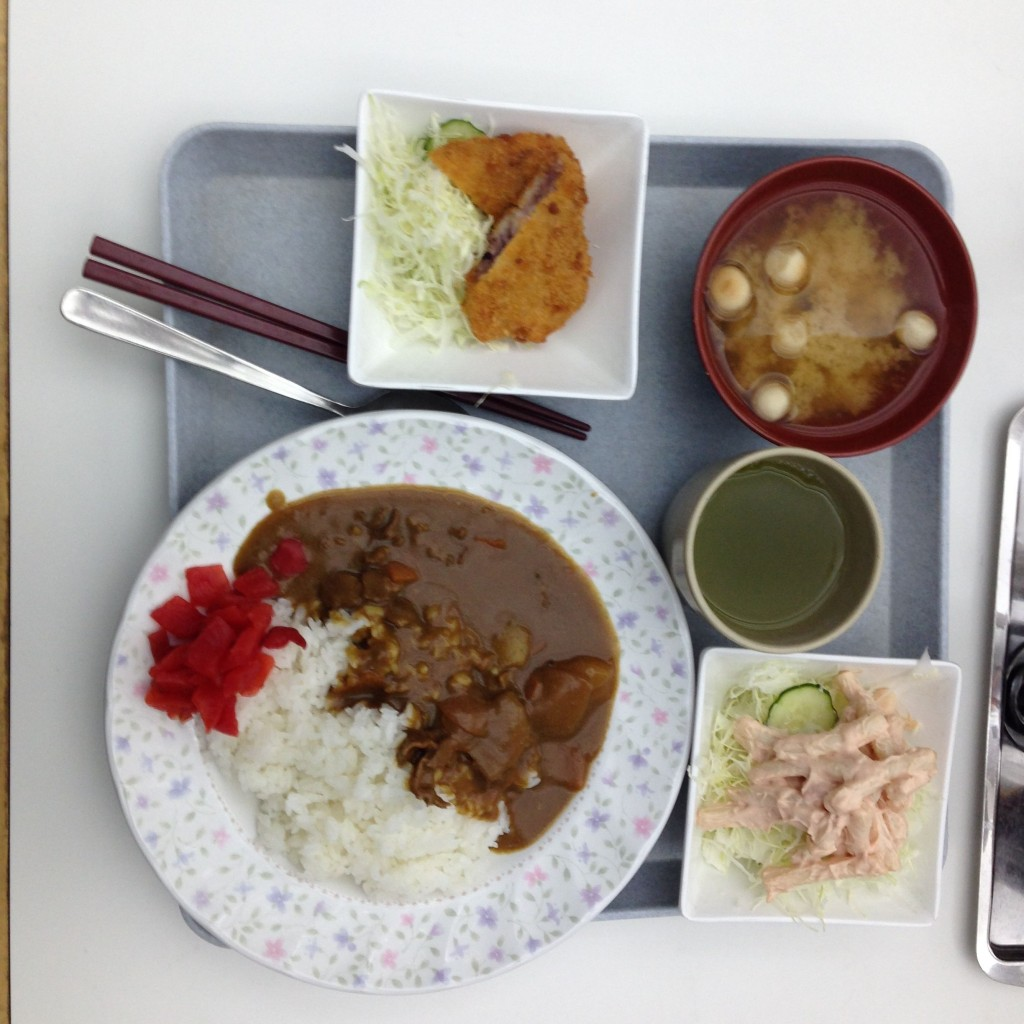 Curry mit Reis und Ingwer, dazu Grüntee, Nudelsalat, Misosuppe und panierter, gehackter Oktopus