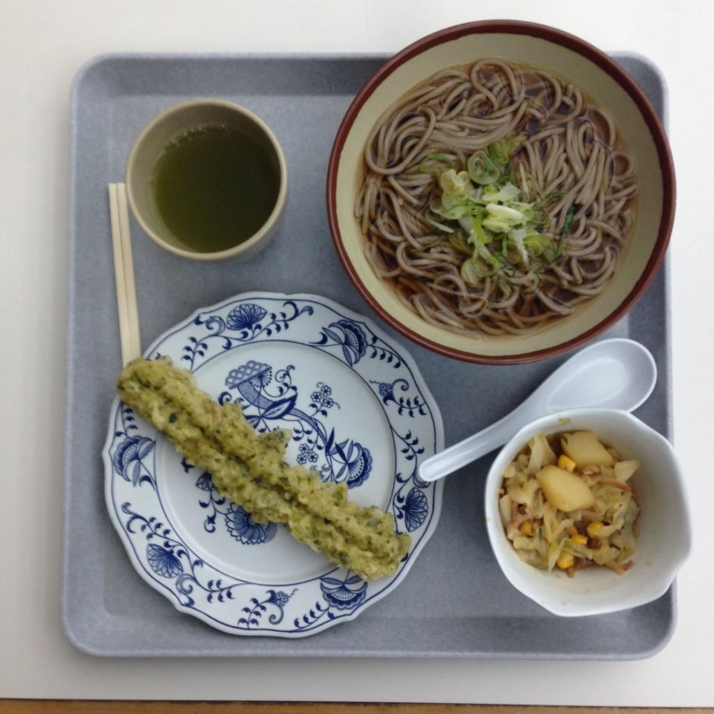 Suppe mit Sobanudeln, Fischtempura und ein Kartoffel-Krautsalat