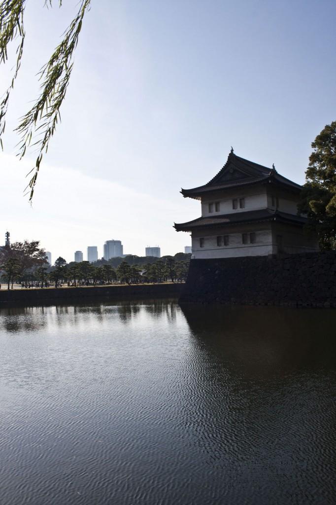 Verteidigungsturm mit gigantischem Wassergraben rund um den Kaiserpalast