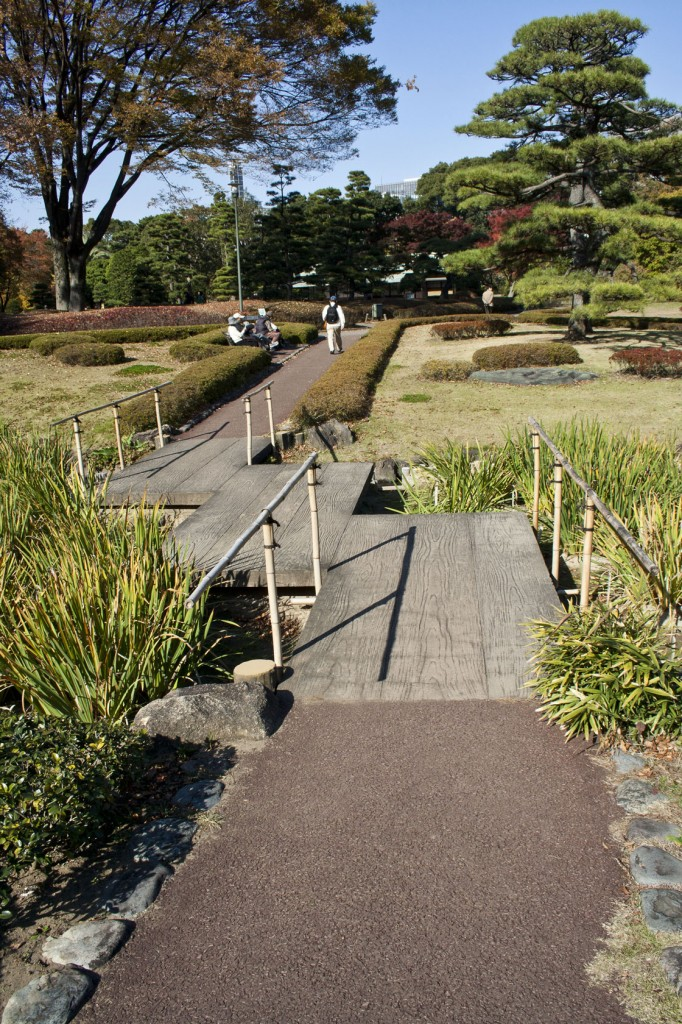 Zickzack Brücke. Lenkt die Aufmerksamkeit des Besuchers auf den Garten und symbolisiert die Irrwege im Leben