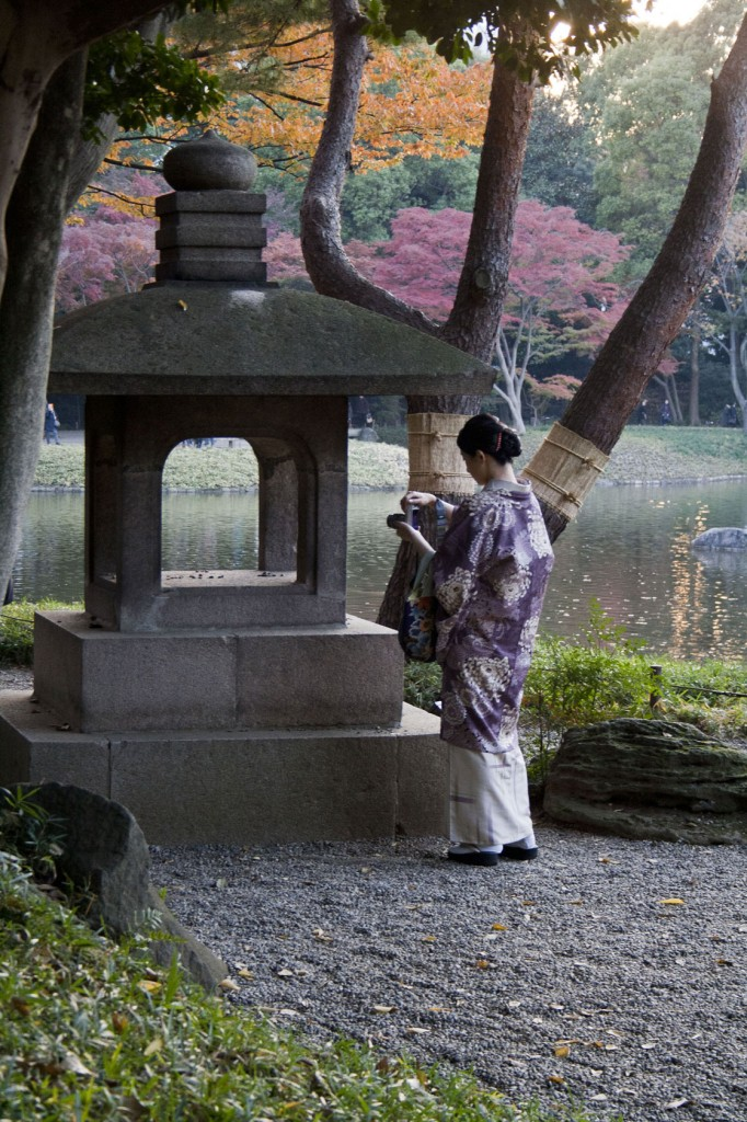 Japanerin im Kimono im Korakuen Park
