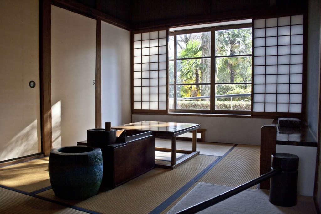 Washitsu mit tiefem Tisch und Blick auf den Garten und See auf dem RIKEN Forschungsgelände